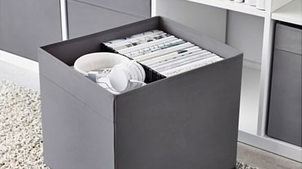 """Lådan """"Dröna"""" passar pefekt i """"Kallax"""" hylla och finns i många hem. Nu försvinner den snart i färgerna grått och rött."""