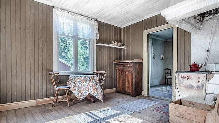 Originaldetaljer och snickerier förhöjer rummen och tar en tillbaks i tiden.