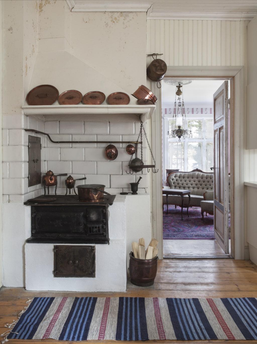 Vedspis. Den gamla vedspisen värmer upp köket. På hösten när Ulla-Britt är i huset brukar hon stänga mellan rummen för att behålla värmen i köket. När barnen är på besök, öppnar de in till salen och tänder i kakelugnen. Och njuter av utsikten genom de gamla, vackra munblåsta fönstren.