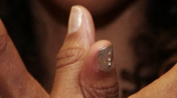 Tummen: För anställningsintervjun. – Med ett beigegult skimmer vill du visa att du är en ordentlig person. Men naglarna kommer inte att ta allt för mycket uppmärksamhet.
