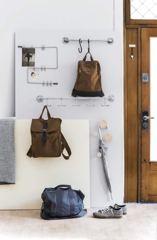 Häng upp på väggen! Ryggsäckar, paraplyer och påminnelselappar, allt kan hängas upp så är det lättare att både städa och hålla ordning. Hängare och krokar från Granit.