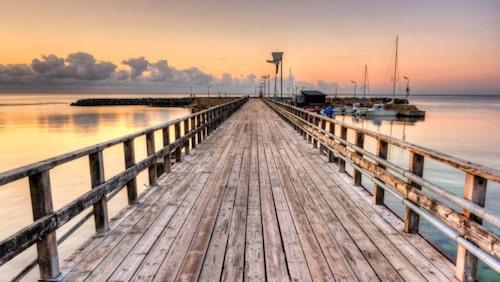 Vacker solnedgång i hamnen.