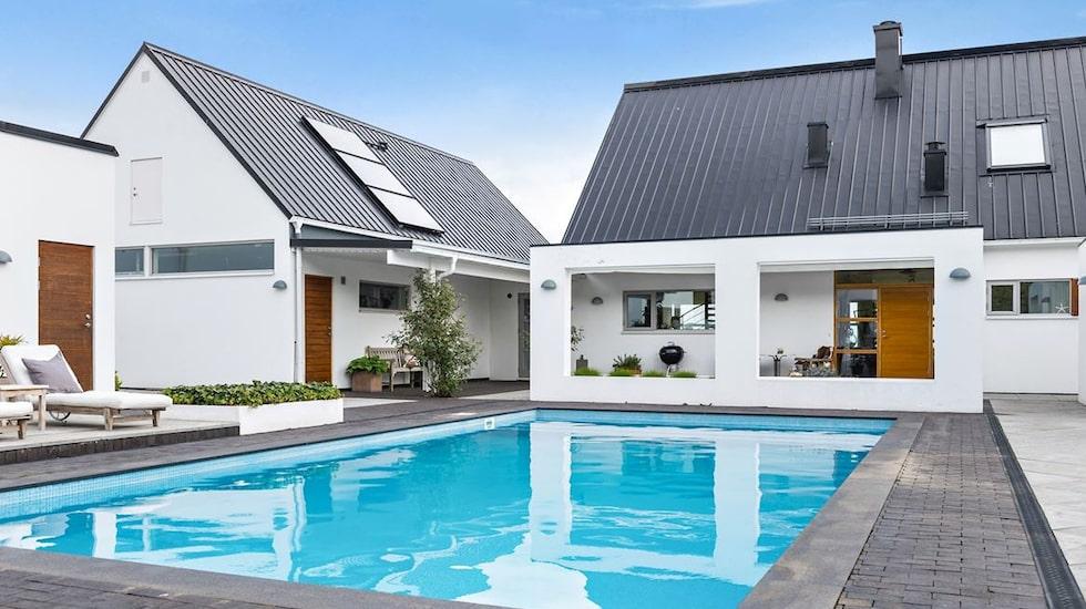 Just nu finns ovanligt många hus med pool ute till försäljning på Hemnet. Det här är ett av husen, i Vik på Österlen.
