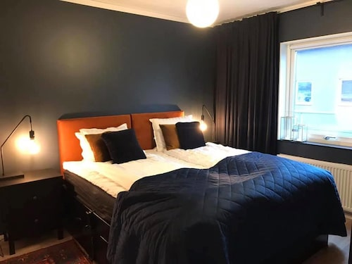 I Sandras sovrum blev mycket begagnad. Sängstommen, sängbordet, eldrivna ribbottnar och taklampan köptes begagnad och kostade totalt 1 250 kronor.