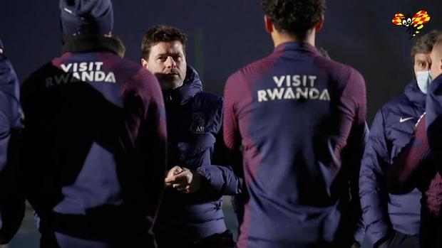Här håller Mauricio Pochettino sin första träning som huvudtränare i PSG