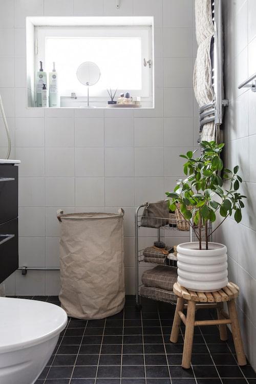 """""""Vi har endast bytt ut kommod och spegelskåp i badrummet, men det finns så klart mer idéer på lager"""", säger Malin. Tvättkorg, Ernst Form. Bambupall och kruka, Gekås Ullared."""
