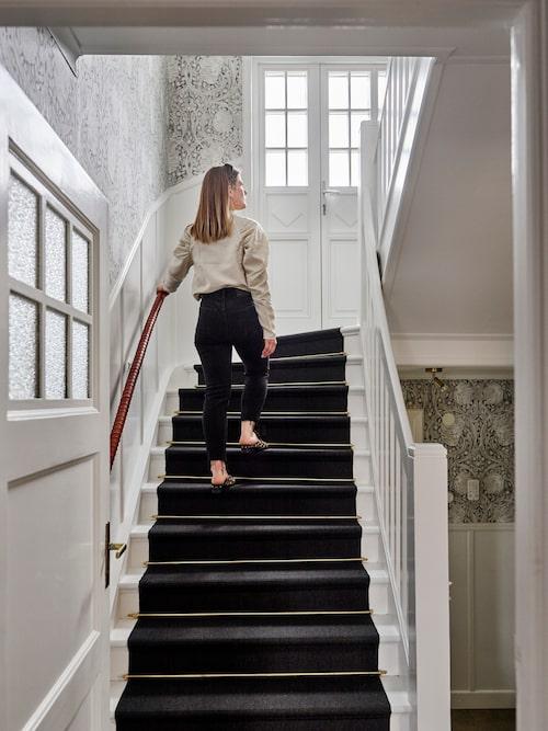 Trapphallen med den vackra originalpanelen sträcker sig upp i tre plan. Tapet - Pimpernel, William Morris.