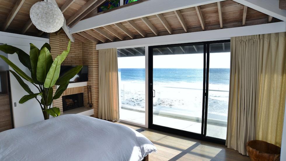 Detta vackra hus med klassisk och mjuk inredning med nautiska inslag ligger väldigt centralt i kändistäta och lyxiga Malibu.