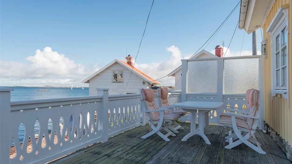 Från vardagsrummet kommer man ut till den stora härliga terrassen. I vardagsrummet finns även en braskamin. På balkongen/terrassen finns plats för många gäster och såväl matbord som loungegrupp.