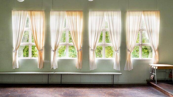Utmed fönstren finns utfällbara bänkar bevarade. Här satt föräldrar som var på besök i skolan.