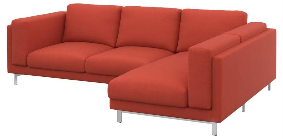 Nyhet i rött. Nytt från Ikea är soffserien Nockeby. Här tvåsitssoffa med schäslong med förkromade ben, 8 995 kronor, Ikea.