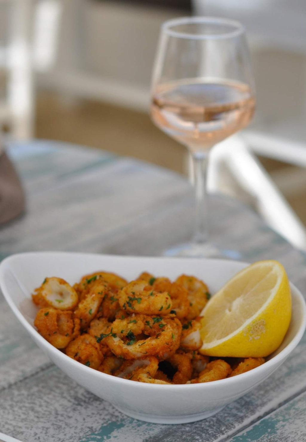 <p>Calamaris och självklart ett glas laxrosa rosé till lunch vid stranden.</p>