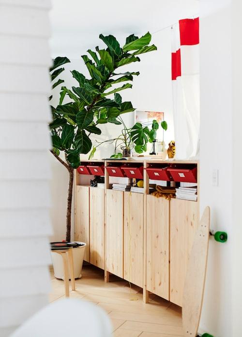 Skåpen Ivar lyfts ofta fram som en av Ikeas mer hållbara produkter. Skåpet är tillverkat av massiv furu och går att måla och förändra på många olika sätt.