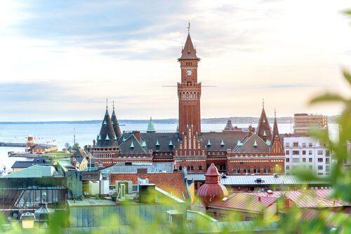 Rådhuset i Helsingborg är byggd i nygotisk stil med fyra hörntorn och ett 65 meter högt klocktorn.