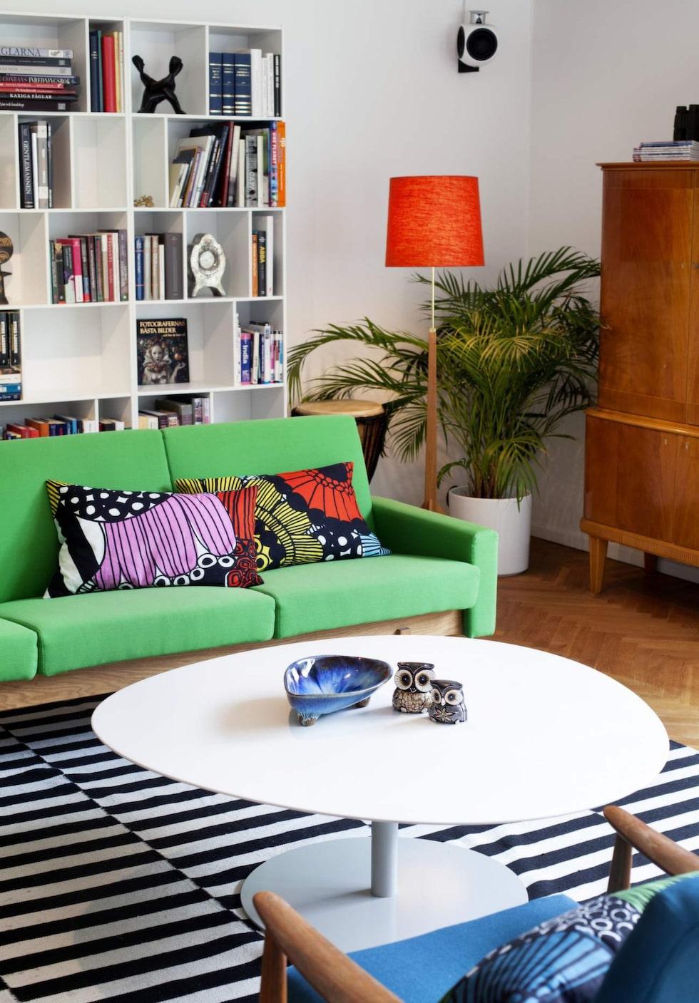 Soffa Accent från Swedese och soffbord designat av Morten Voss för Fritz Hansen, både från Kontorett. Matta Stockholm från Ikea. Vitrinskåp från 50-talet, arvegods. Kuddarna är hemmasydda med tyg från Marimekko.