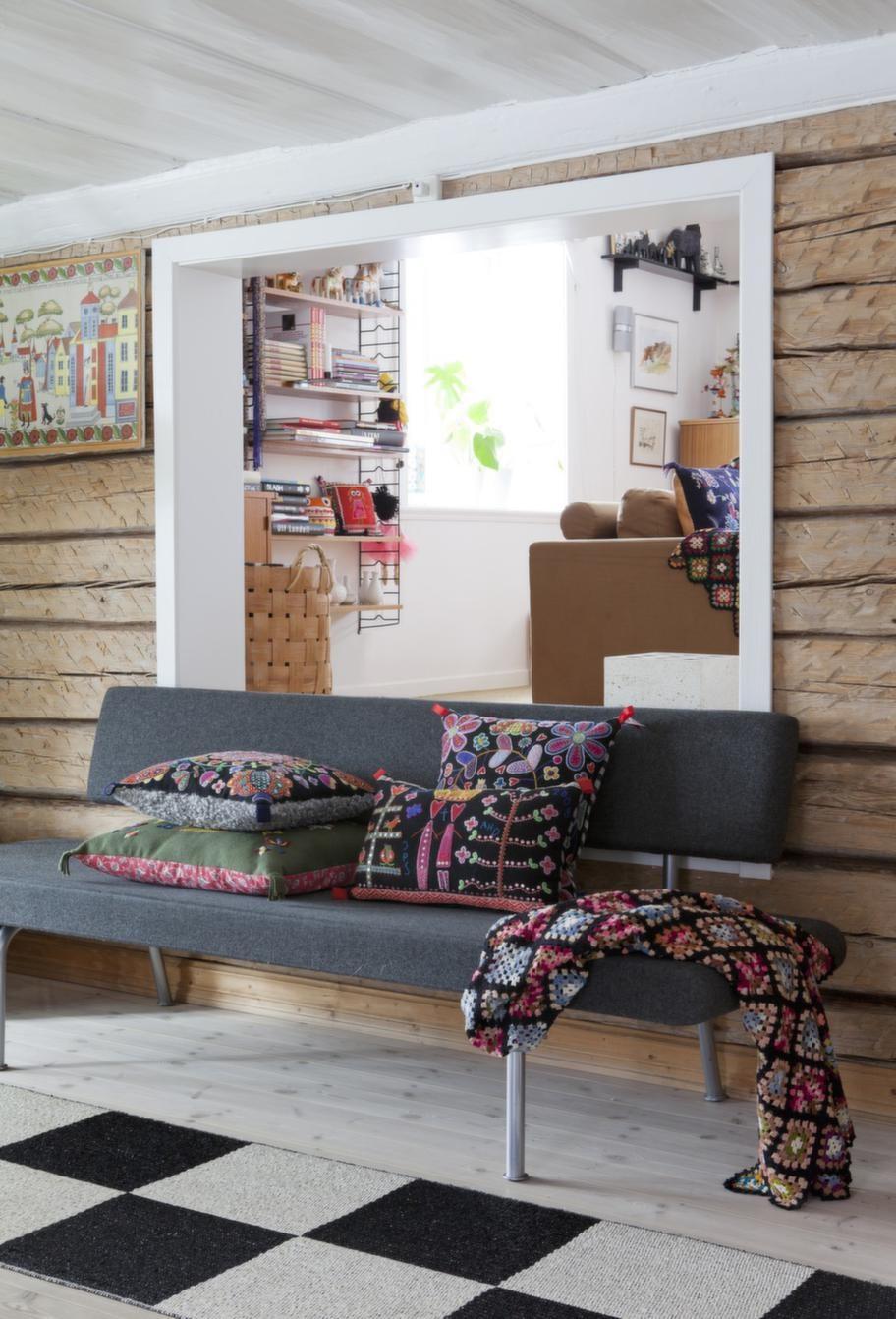 Soffan i hallen är ritad av Claesson Koivisto Rune. Annas kuddar blir fina på det grå ylletyget.