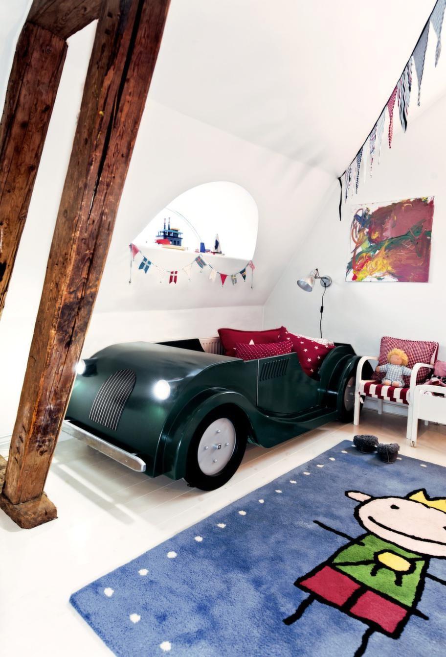 LekrumAxel sover i en snyggt parkerad Morgan, byggd av pappa. Snacka om drömbil. Prinsen på golvet är en handtuftad matta från Kathea. Tygvimplar i rött, blått och vitt från Nyblom Kollén.