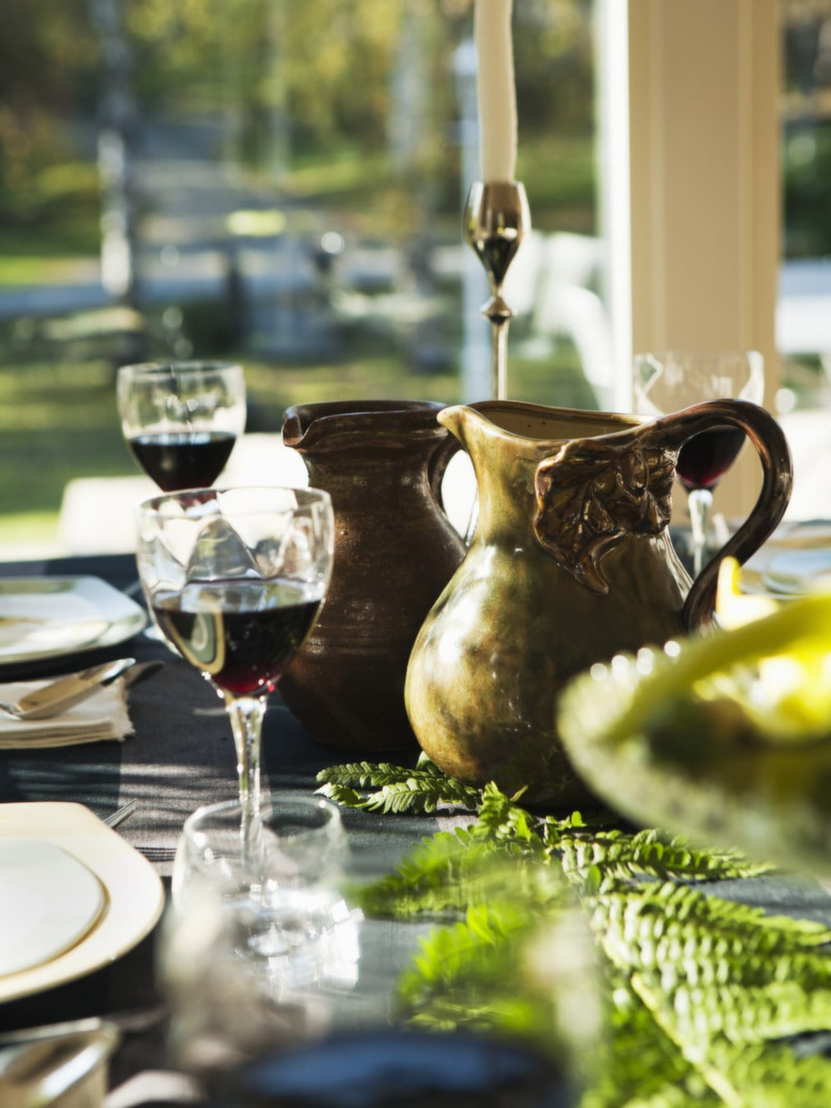 KERAMIK. Den gröna keramikkannan kommer från Villeroy & Boch, den bruna är ett loppisfynd.