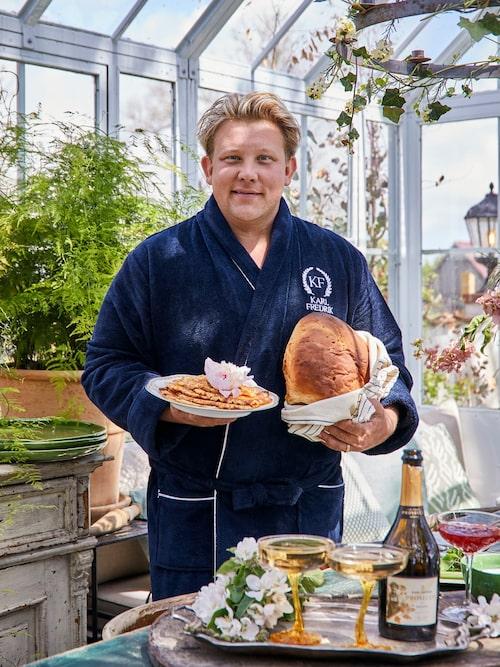 Karl Fredrik älskar livets goda och startar helst helgen med en brunch i orangeriet, gärna i morgonrock.