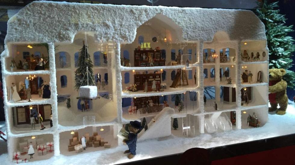 NK:s julskyltning 2015 tar besökarna med på en resa genom historien. Första skyltförnstret fokuserar på 1915 – året då Nordiska Kompaniet slog upp portarna för första gången.