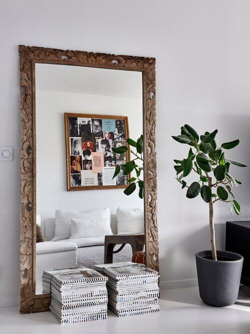 Den stora spegeln är inte bara vacker utan skapar även rymd i rummet. Spegel, Love Warriors.