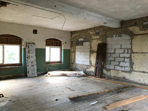 Skolan var otroligt sliten invändigt, och paret påbörjade en omfattande renovering.