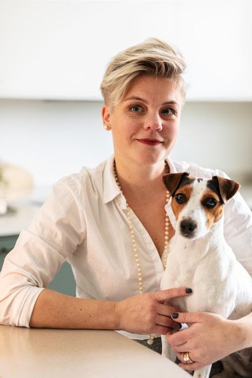 Lina med jack russel-terriern Märta.