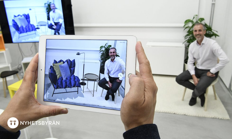 Ikea Inters vd Torbjörn Lööf sitter på en riktig stol och blir fotograferad med ett virtuellt bord, lampa och soffa. Att kunna testa Ikeas möbler i en app i augmented reality (AR) är en nyhet som kommer under 2017.