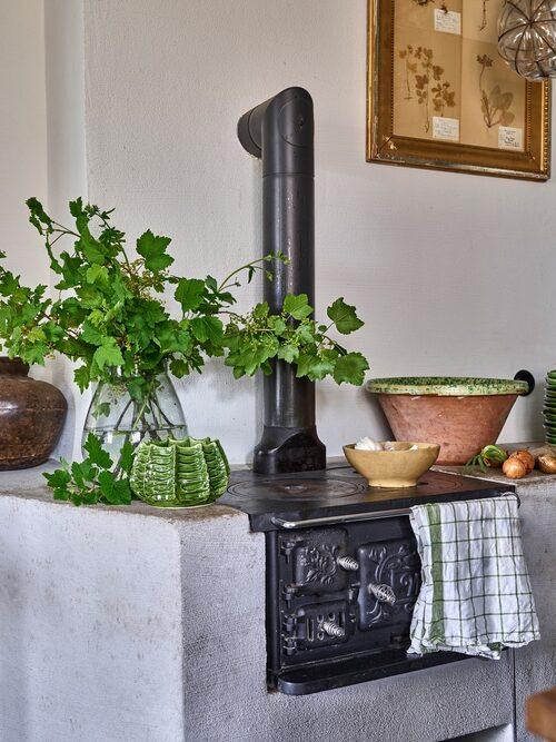 """""""Vedspishörnan blev verkligen pricken över i, då en eldstad verkligen hör hemma i ett lantkök"""", säger Karl Fredrik."""