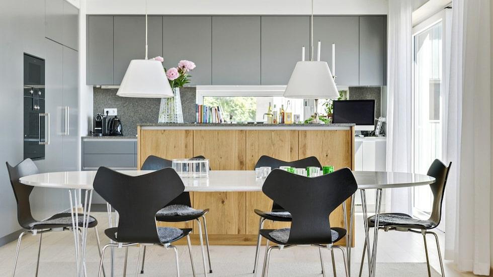 Den mellangrå köksinredningen kommer från Skellefteå Snickericentral och bänkytorna är i granit. Maskinparken är signerad Gaggenau och en vinkyl står under köksön. Köket har en egen utgång till balkongen i söder.