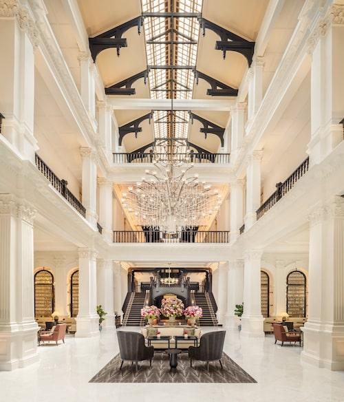 Den pampiga lobbyn i Raffles Hotel.