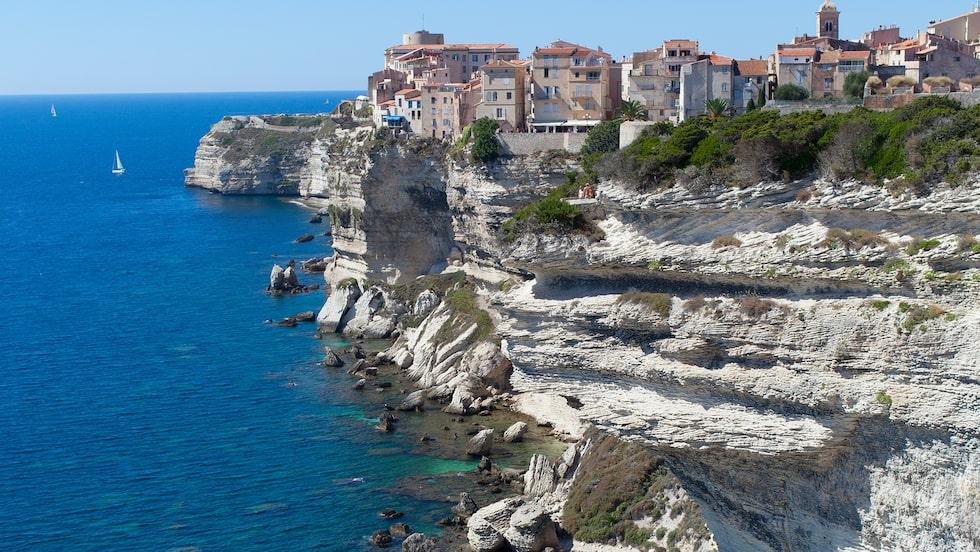 Fantastisk utsikt från staden Bonifacio på Korsikas sydspets.