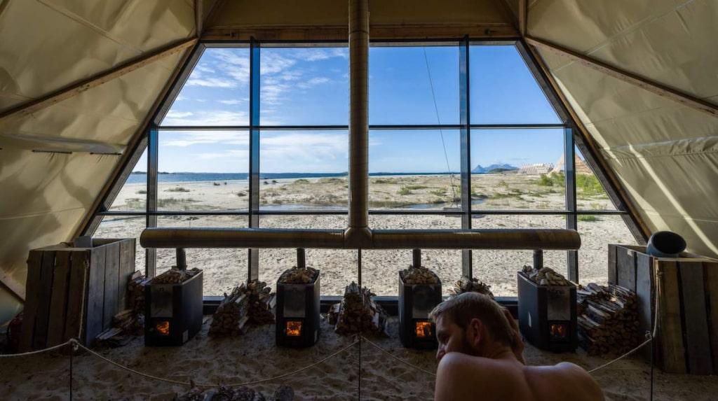 <p>Den vedeldade bastun har plats för upp till 150 bara rumpor.</p> <p><em>Salt Sauna, Bodö, Norge, (c) Gunnar Holmstad, salted.no</em></p>