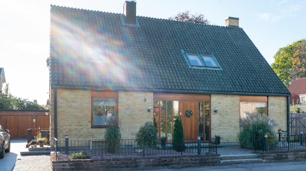 Familjen Holm Anderssons gula tegelvilla i Lidköping.