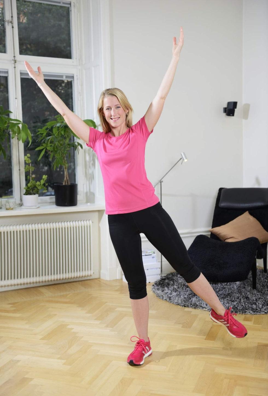 10. StjärnanSträck upp armarna mot taket. Stå på höger ben med lätt böjt ben. Luta åt sidan och lyft vänster ben. Behåll en lång rak kropp med överkroppen riktad framåt. Försök att hålla balansen i 30-60 sekunder. Upprepa på andra benet. 3 gånger på varje ben. Vill du ha en större utmaning, så gör rörelserna större.