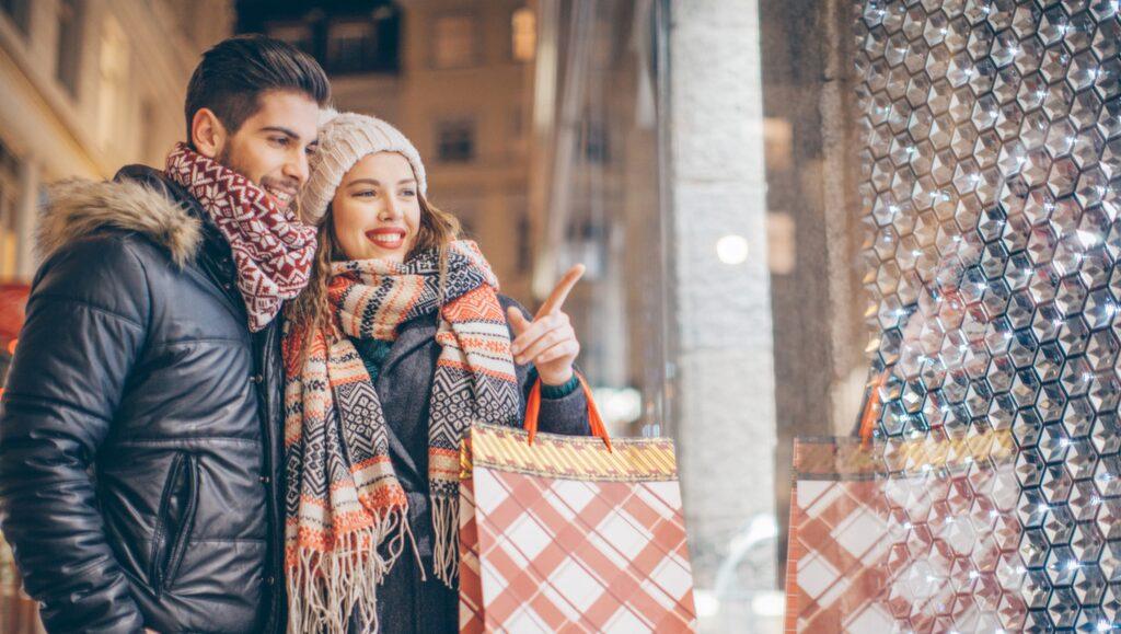 Black Friday – håll i hatten, den 25 november 2016 är det dags igen. I år förväntas rean bli den största försäljningsdagen i svensk historia. Vi listar några av de svenska butiker som deltar i Black Friday. KOLLA HÄR! Tänk på att erbjudanden läggs ut redan klockan 24 i natt på nätet och att många fysiska butiker både öppnar tidigare och stänger senare.