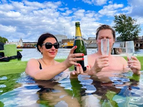 Drick bubbel i en badbåt fylld med varmt vatten.