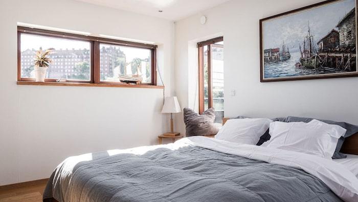 Ett av två sovrum, denna med plats för dubbelsäng, ligger på andra plan. Utgång till terrass även härifrån.
