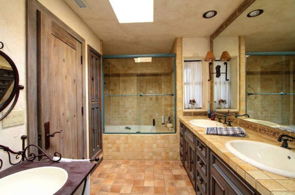 Även badrummet har en touch av Frankrike.