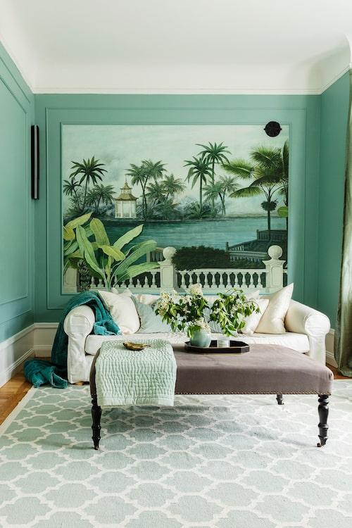 Ett av sällskapsrummen har fått färgen Dix Blue från Farrow & Ball som Sofia har matchat med en vacker muraltapet. Väggfärg, Farrow & Ball. Soffa, butiken finns inte längre. Plädar, House Doctor. Sittbänk, Welcome Home Company. Tapet, Ananbô.