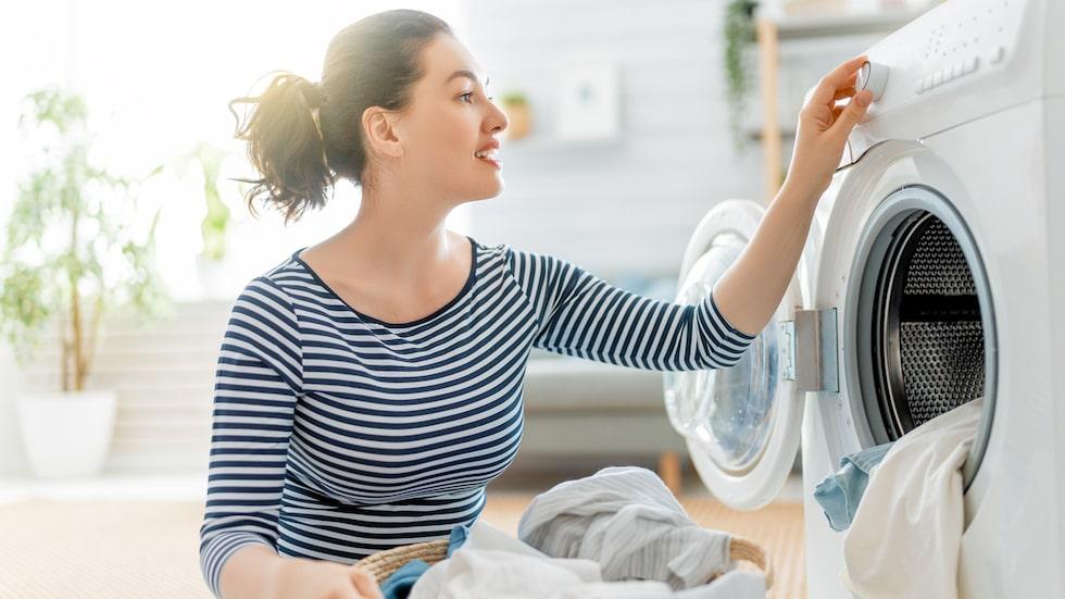 Använd gärna tvättpåse och undvik att blanda med annan tvätt. Men tvätta helst för hand.