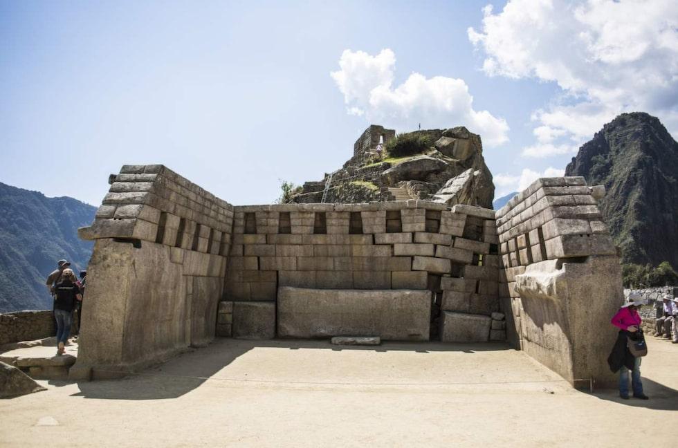 På ett av stadens torg står resterna av vad som troligen var ett religiöst tempel.