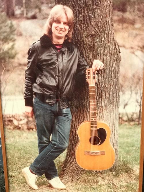 En ung Janne Schaffer med gitarren han byggde i träslöjden i Blackebergs läroverk 1957.