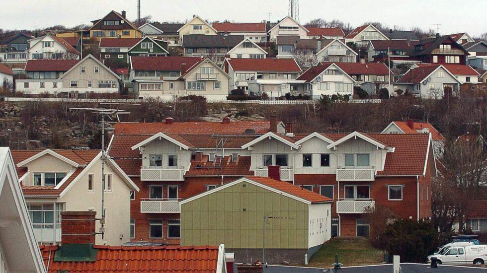 För några år sedan larmades det om höga radonhalter här i stadsdelen Skalberget i Hunnebostrand. En undersökning som Strålsäkerhetsmyndigheten har gjort visar att omkring 325 000 svenska småhus och lägenheter har för höga radonvärden.