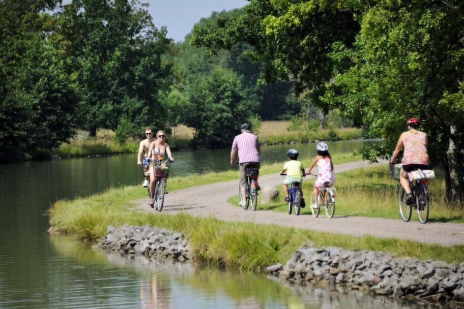 Längs kanalen vinkar cyklister ofta glatt.