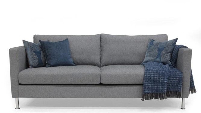 Smart soffa som har vändbara plymåer med duntopp och justerbara ben i metall. Finns i grått och blått. Ordinarie pris: 11990 kronor. Mellandagspris: 7990 kronor.