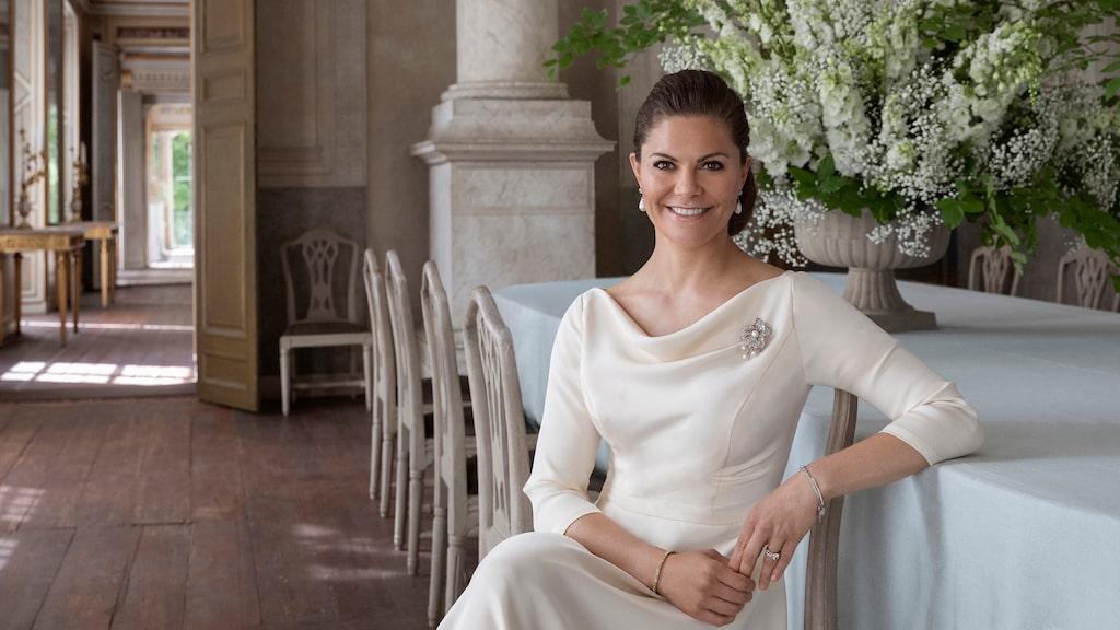 Hennes Kunglig Höghet Victoria, Sveriges Kronprinsessa, Hertiginna av Västergötland, fotograferad 2020, på Gustav III:s paviljong på Haga inför Kronprinsessparets 10-åriga bröllopsdag.
