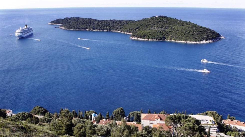 Ön Lokrum utanför Dubrovnik figurerar även den i serien.