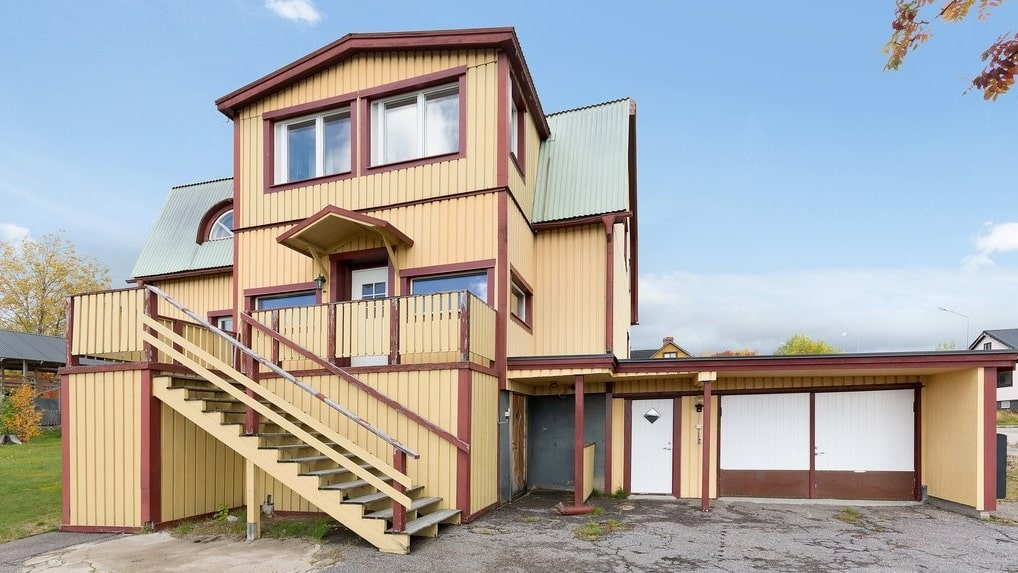Mäklaren förmedlar för tillfället fyra hus. Det här säljs för  60 000 kronor.