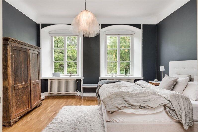 Ett av flera sovrum. Vackra välvda fönster med djupa nischer.